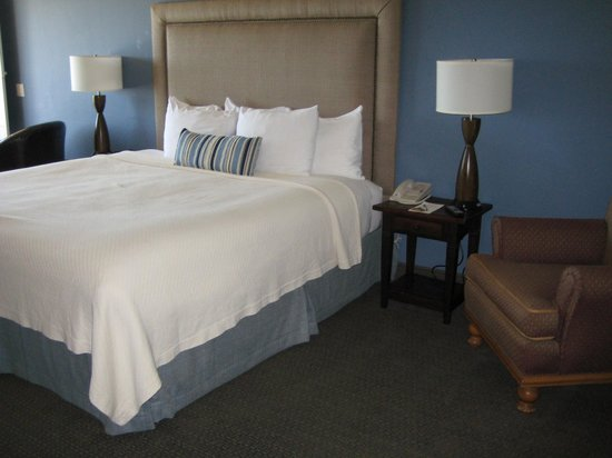Sand Pebbles Inn : 218 King bed with lots of room to start our trip with dual massages