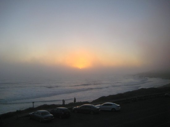 Sand Pebbles Inn: Typical Foggy Summer Sunset from 218