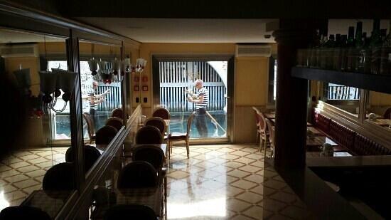 Alcyone Hotel: il passaggio delle gondole