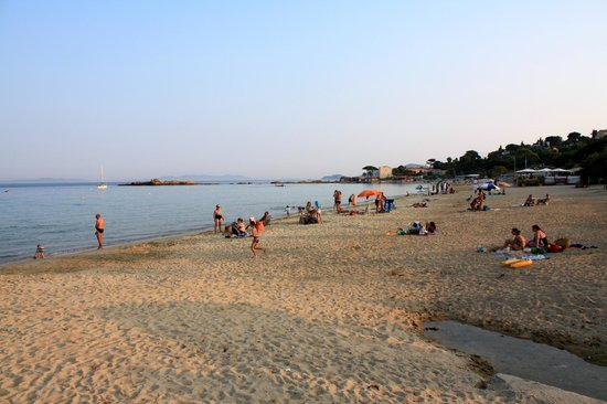 Hotel Les Flots Bleus : beach in front of hotel in evening
