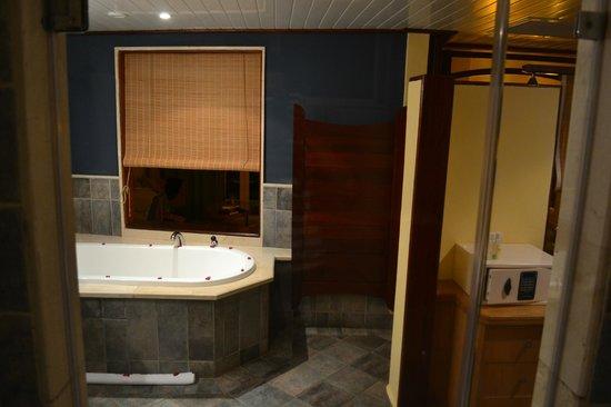 Entrée salle de bain et baignoire avec pétales de roses - Photo de ...