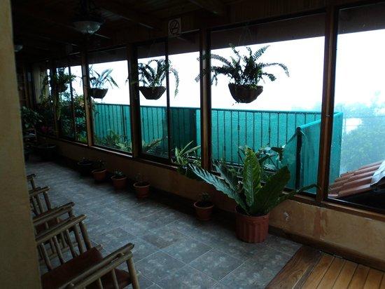 Camino Verde Bed & Breakfast Monteverde: Couloir fenestré qui mène aux chambres