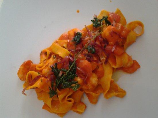 Ristorante Maso Burba: tagliatelle tirate a mano con fonduta di peperoni pancetta e gamberi