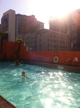 Americania Hotel: Swimmingpool in the middle of the centre of SF