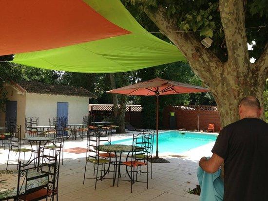 Logis Auberge des Epis : la terrasse de l'hôtel avec piscine