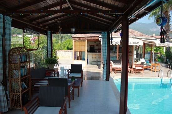 Mehtap Hotel Dalyan: Seating area for relaxing out of the sun.