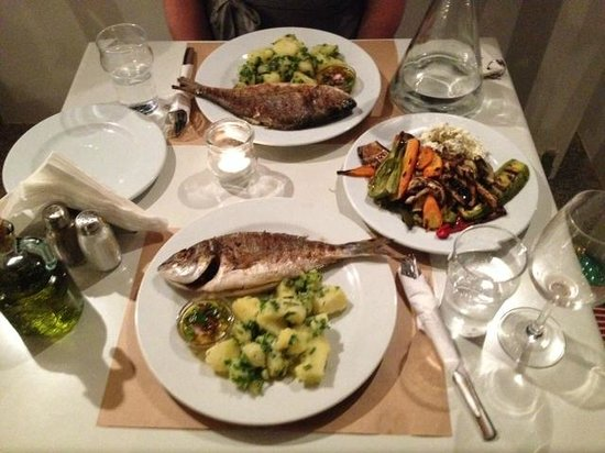 Ammos Hotel: Sea Bream and potato salad with grilled veg - really delicious