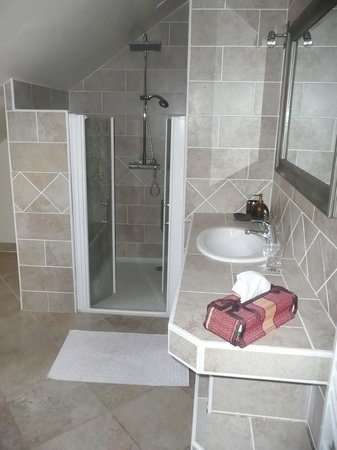 La Pillebourdiere: salle de bains de la chambre Piment Vert - La Pillebourdière