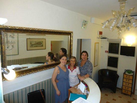Hotel San Salvador: En la recepcion con Ambra