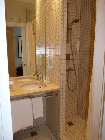 Hilton Reykjavik Nordica: bathroom - small but spotless