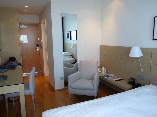 Hilton Reykjavik Nordica: Minimalist room - loved the wood floor