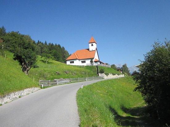 Hotel Seppl : Die Kirche an der Bahnlinie Mutters-Fulpmes sollten sich intressierte anseh'n,Standort ist Kreit