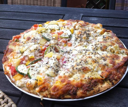 Shannas Cove Resort Restaurant: Half Vegetable and half White Shrimp Pizza