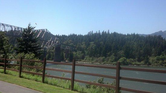 Best Western Plus Columbia River Inn: View from room 105 looking toward Bridge of the Gods