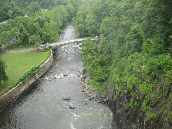 New Croton Dam: View of the entry bridge