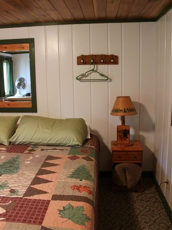 Mangy Moose Motel: Neat, clean, considerate, comfy.