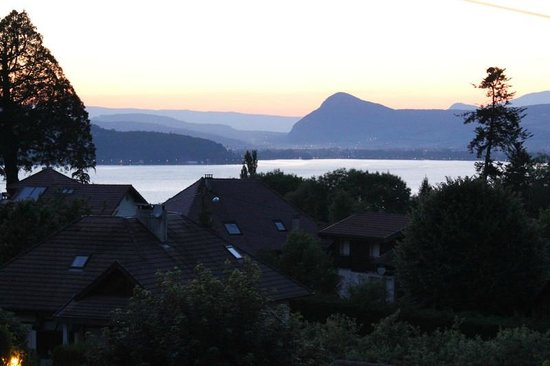 Hôtel Golf et Montagne : looking toward Annecy at night