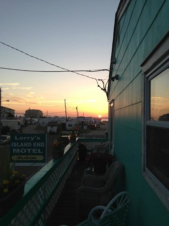 Lorry's Island End Motel: Sunset from the upper deck!