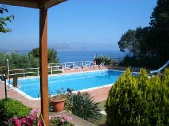 Villa Mirtilla : esterno camere che affacciano in piscina