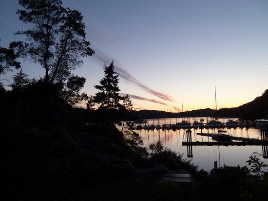 Poets Cove Resort & Spa: Sunset over the bay