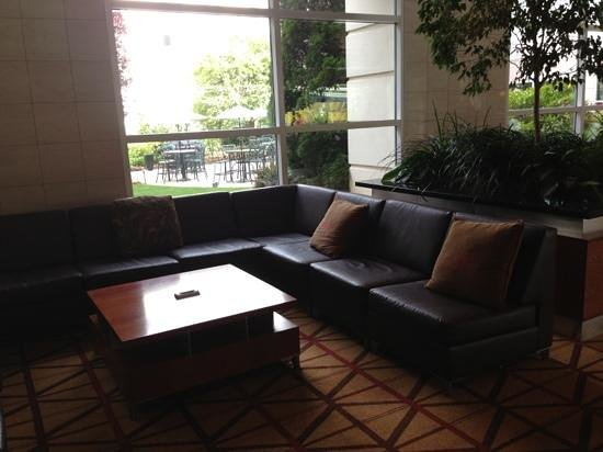 Wyndham Hamilton Park Hotel and Conference Center : comfy and modern lobby