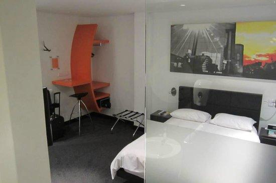 โฮเต็ล ลามูนุ: Bedroom (from bathroom)