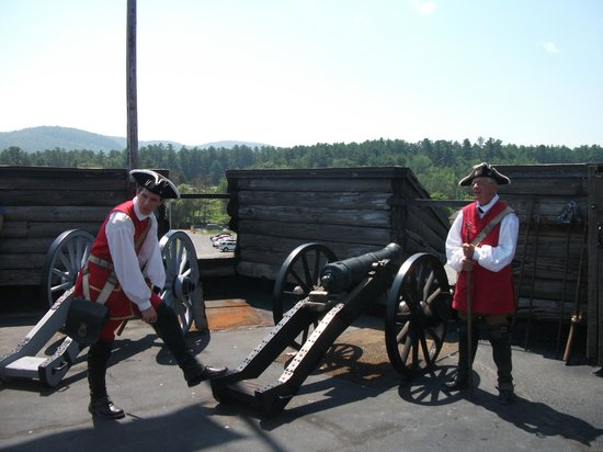 The Fort William Henry Museum & Restoration : Tour guides demonstrate cannon fire