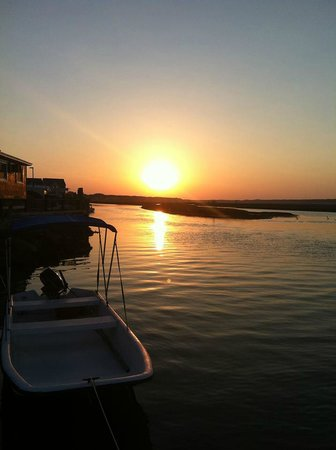 Snug Harbor Marina and Cottages: Beautiful sunrise right outside our cottage