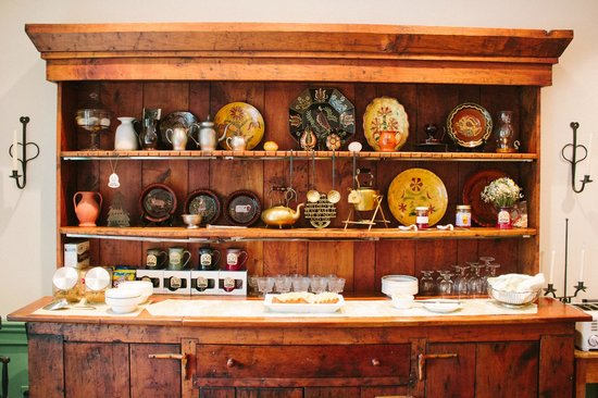 Historic Smithton Inn : gorgeous cabinet in the breakfast room
