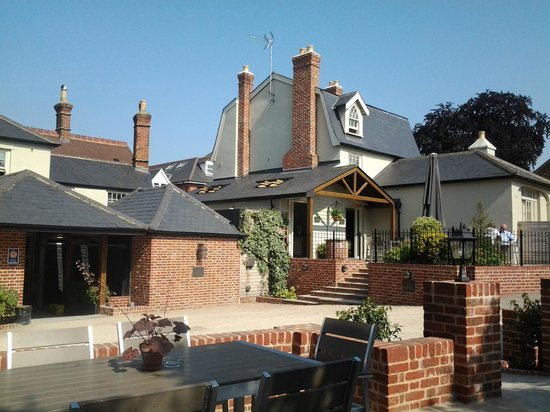Linden House: vista dai tavoli del cortile