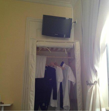 Les Villas d'Arromanches : TV (décalée) et housse penderie qui fait office d'armoire
