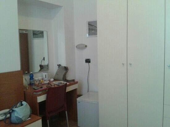 Hotel San Desiderio : scrivania e mini frigo