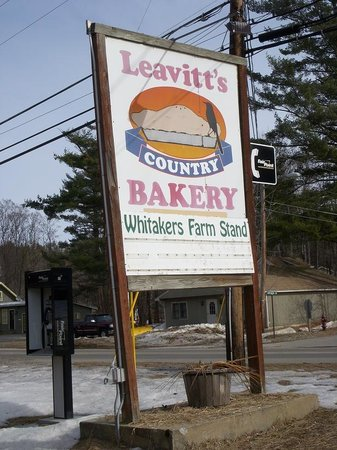 Leavitt's Country Bakery: Sign by the road