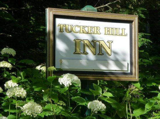 Tucker Hill Inn: Easy to find. Set odd Highway 17 and Route 100.