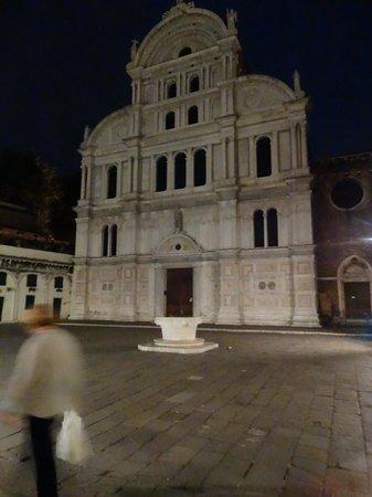 Al Bailo di Venezia: Church and square 5 min walk on way to St. Marks.