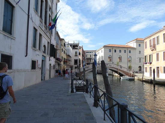 Al Bailo di Venezia: Canal and walkway outside of Al Bailo Apartments