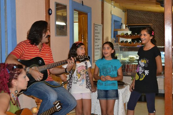 Yalcin Hotel : Bulend och hans döttrar sjunger efter middagen
