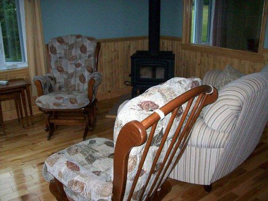 Domaine Frais Air : Le salon avec foyer (septembre à mai)