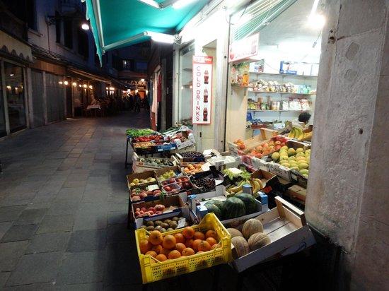 Al Bailo di Venezia : Supermarket is over bridge 2 blocks away, other markets like this are 4 blocks