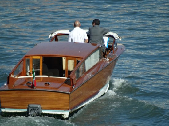 Al Bailo di Venezia: Take a water taxi to the hotel.  15 min walk from the Airport to the taxi port