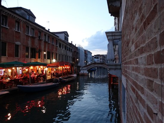 Al Bailo di Venezia: 2 Nice restaurants 3 min walk down the Canal