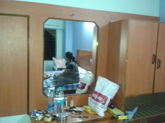 Hotel Shri Ramakrishna: mirror n cupboard