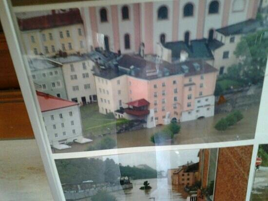 Hotel König: het rose met witte gebouw is het hotel tijdens de overstroming in 2013