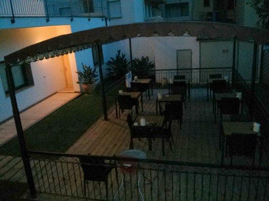 Hotel Domomea: Terrasse pour petit déjeuner