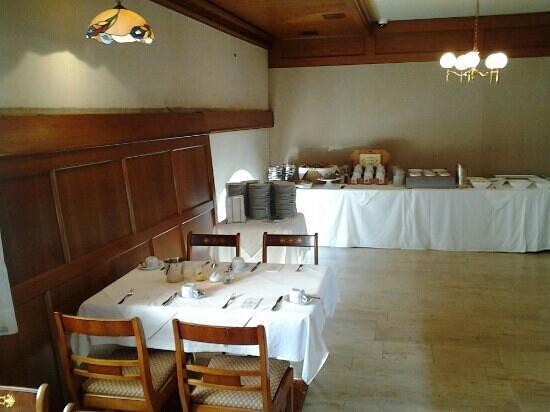 Hotel König: de ontbijtzaal op de eerste verdieping.  Hier stond het water tot onder de lampen.