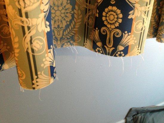 Snowdon Chalet: Curtain