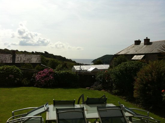 Coombe House Bed and Breakfast : Lovely garden at the front of the house with great views
