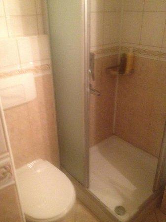 Oasis Hotel: Bathroom