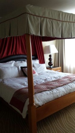 Portsmouth Marriott Hotel: The amazing bed