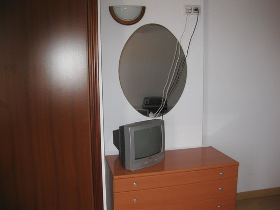 Mar Ski Hotel: Se ha dejar un deposito de 10€ para esta reliquia de televisor